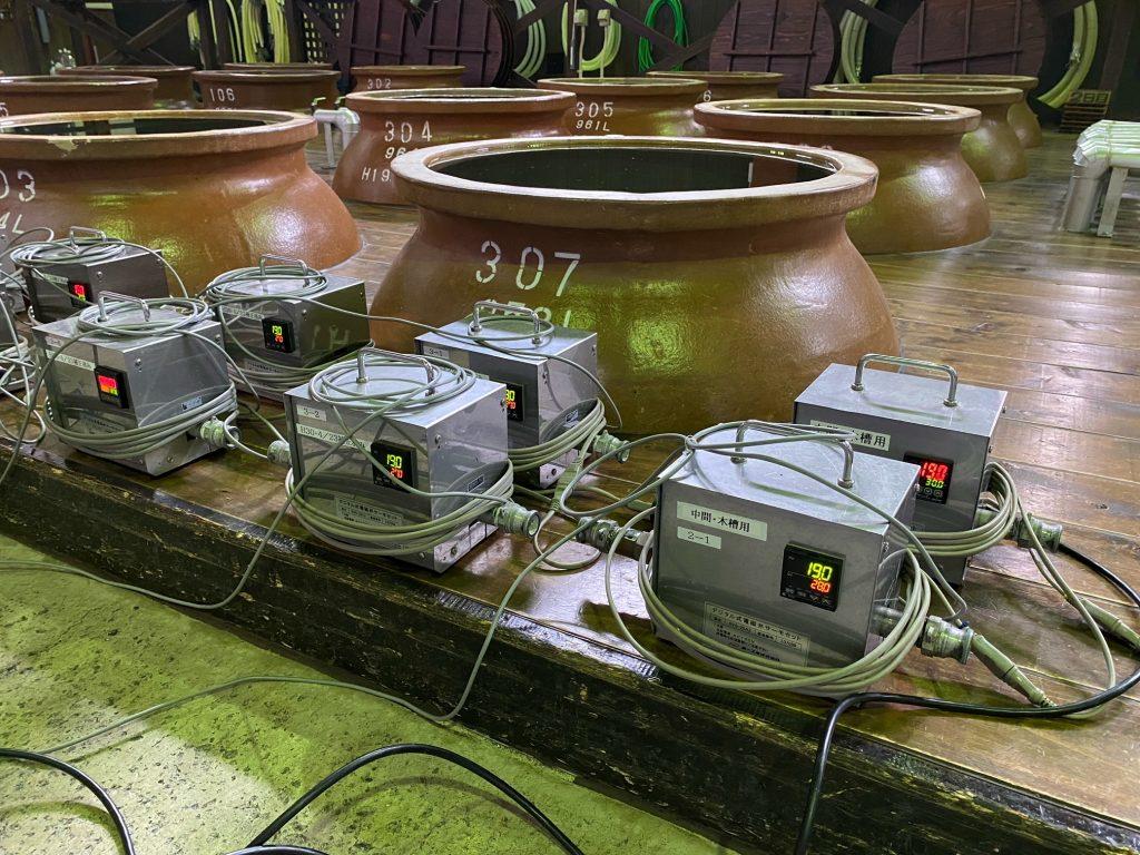 甕と温度調節計