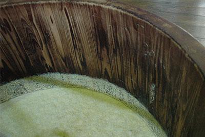 祁答院蒸溜所の木桶仕込み