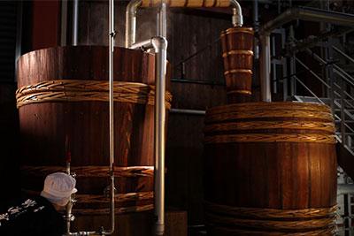 祁答院蒸溜所の木樽蒸留